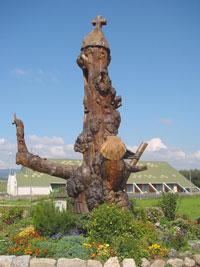 Le chemin et ses statues de bois